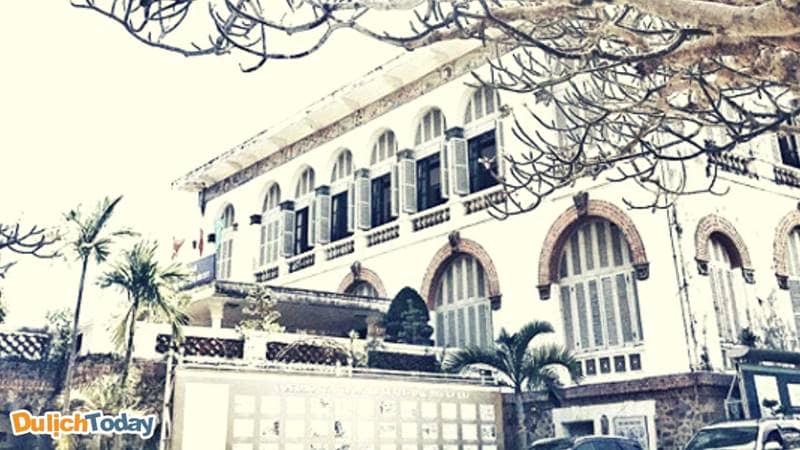 Nhờ kiến trúc, cùng vị trí đặc biệt mà Bạch Dinh luôn được sử dụng làm nơinghỉ mát cho vua chúa và quan chức cao cấp