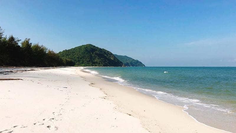 Bãi biển Minh Châu cạnh resort trong xanh, cát trắng mịn và không đông người. Nguồn: Agoda