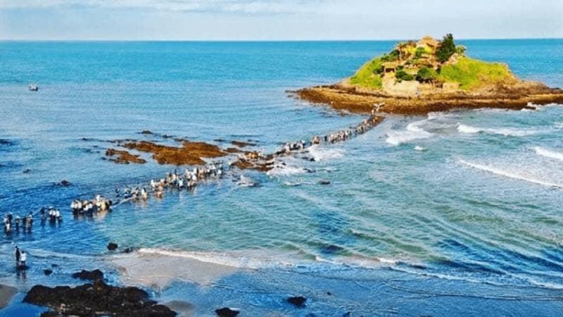 Đi bộ ra ngắm cảnh tại đảo Hòn Bà