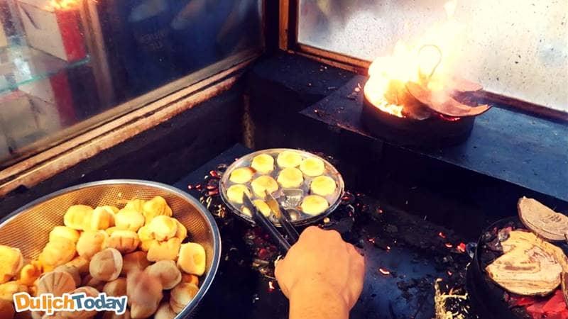 Bánh Bông Lan Trứng muối được nướng trên bếp than hồng rực