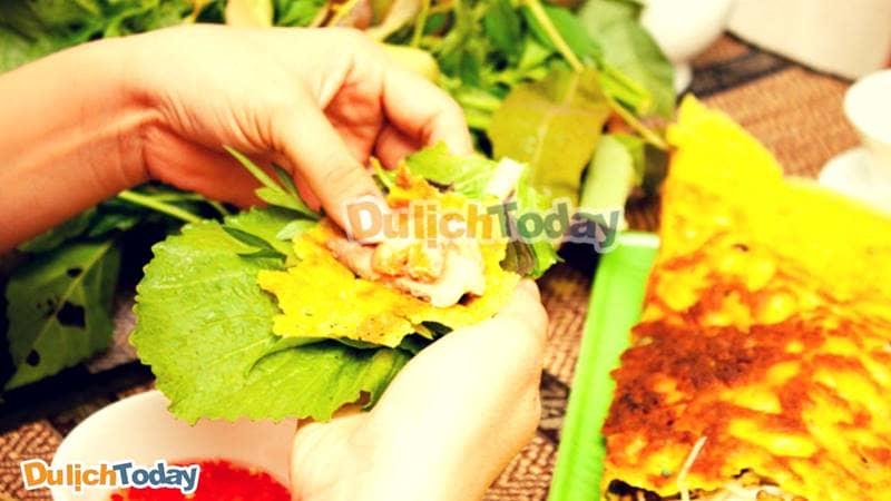 Bánh xèo ở Long Hải thường có màu vàng ươm, giòn hơn ở những nơi khác