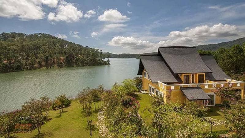 Khu nghỉ dưỡng sở hữu tầm nhìn toàn cảnh ra hồ Tuyền Lâm. Nguồn: Internet