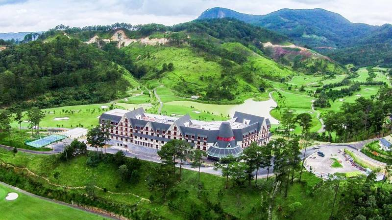 Resort hồ Tuyền Lâm Đà Lạt Swiss Belresort nhìn từ trên cao trông như một tòa cung điện khổng lồ. Nguồn: Internet