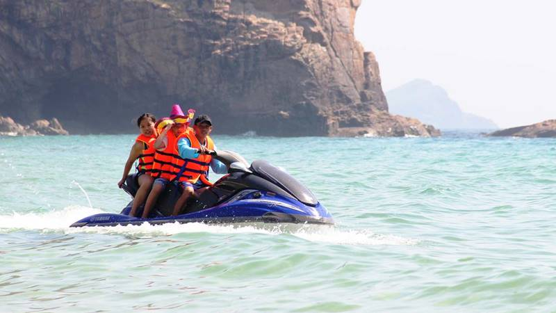 Du khách đi cano tại resort. Nguồn: SGGPO