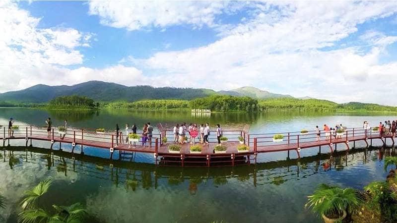 Cây cầu tình yêu vươn dài ra giữa hồ Yên Trung. Nguồn: 24h.com.vn