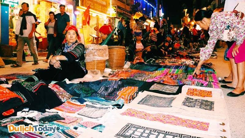 Mặt hàng thổ cẩm tại chợ đêm Sapa