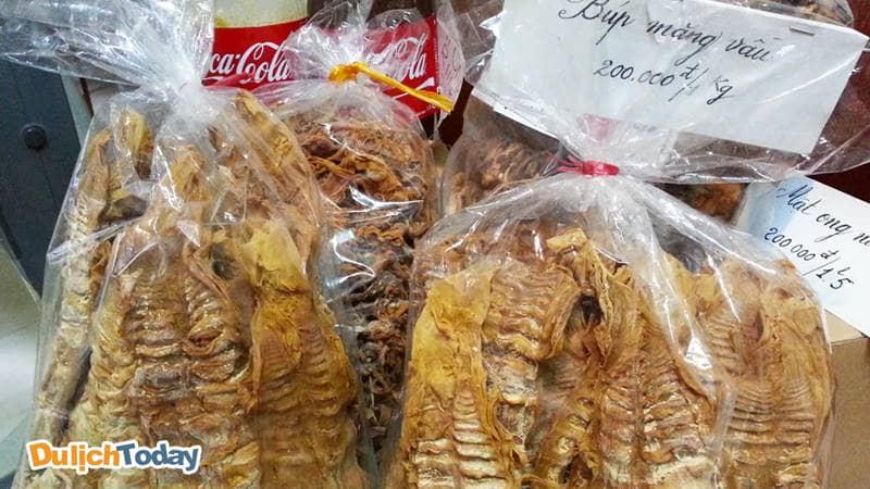 Đặc sản măng vầu Sapa được bày bán ở nhiều khu chợ Sapa