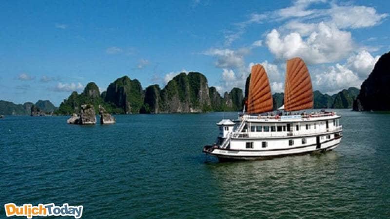 Cách tham quan đảo Ti Tốp tốt nhất đó là bạn nên mua vé, thuê tàu thăm vinh, hoặc mua tour du thuyền nghỉ đêm trên vịnh.
