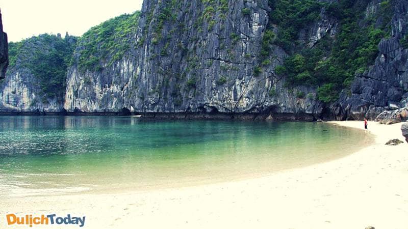 Nước biển trong xanh suốt 4 mùa tại bãi tắm Ti Tốp