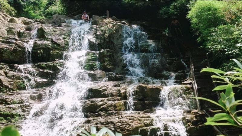 """Dòng thác Lựng Xanh chảy trắng xóa qua những """"bậc thang"""" đá. Nguồn: Du lịch Đông Bắc"""