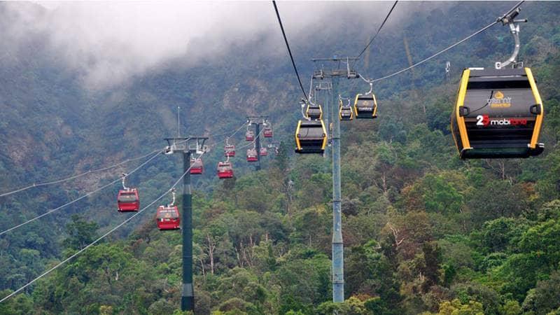 Du khách đi cáp treo lên Yên Tử chiêm ngưỡng cảnh núi rừng Đông Bắc từ trên cao. Nguồn: Báo Quảng Ninh