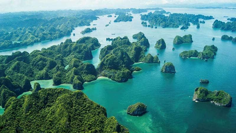 Tham quan Vịnh Hạ Long với hơn 1.900 hòn đảo đá vôi lớn nhỏ. Nguồn: Internet