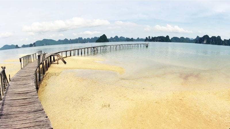 Cây cầu gỗ đặc trưng tại Bãi Dài Vân Đồn là một trong những địa điểm du lịch Quảng Ninh nhất định phải ghé thăm. Nguồn: xomnhiepanh