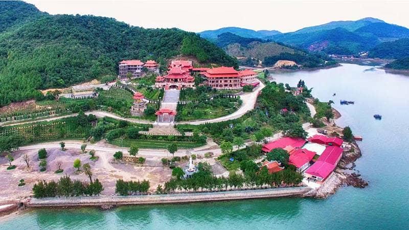 Du lịch Quảng Ninh tới thăm chùa Cái Bầu nằm ven biển