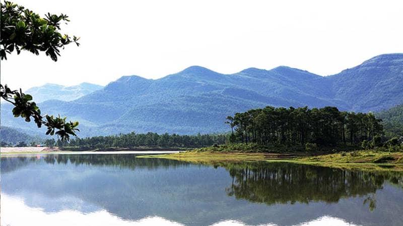 Du lịch Quảng Ninh tới thăm hồ Yên Trung rộng lớn, phong cảnh hữu tình. Nguồn: Vntrip