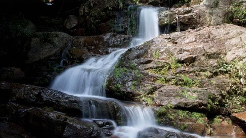 Dòng thác chảy qua những dải đá lớn. Nguồn: Flickr