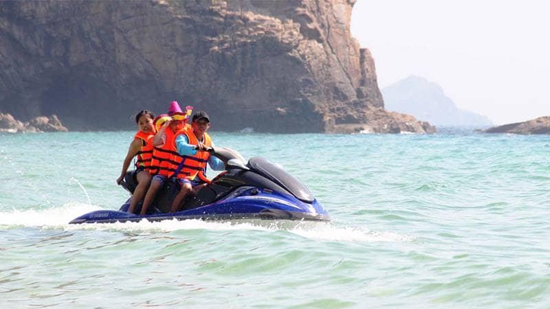 Du khách tham gia hoạt động mô tô nước tại Bãi Dài Vân Đồn. Nguồn: SGGPO