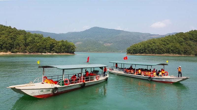 Du khách đi thuyền qua hồ Yên Lập. Nguồn: Internet