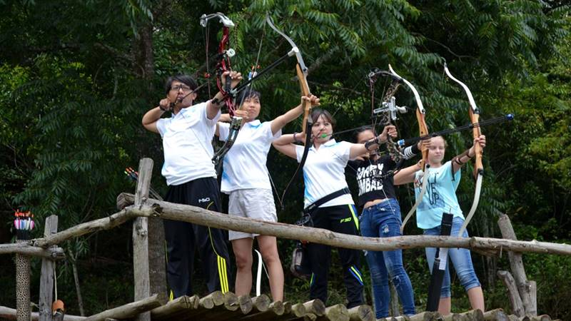 Chơi bắn cung tại Edensee Lake Resort hồ Tuyền Lâm Đà Lạt. Nguồn: Internet
