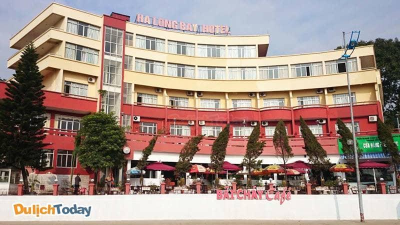 Khách sạn Ha Long Bay sở hữu mặt tiền khá rộng, phía dưới có quán cà phê và cửa hàng tiện lợi