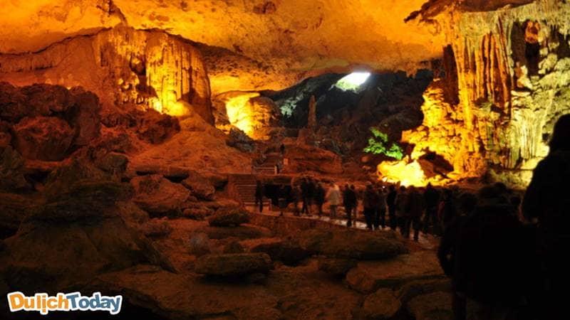 Ngăn thứ hai với không gian vô cùng rộng tại hang Sửng Sốt