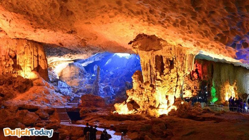 """Vẻ đẹp khiến du khách phải """"sửng sốt"""" trong hang"""
