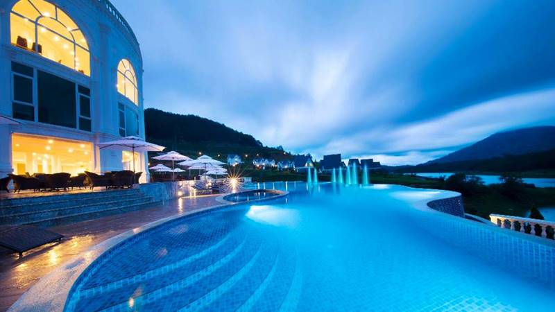 Hồ bơi ngoài trời có diện tích rộng rãi với view hướng hồ Tuyền Lâm. Nguồn: Internet