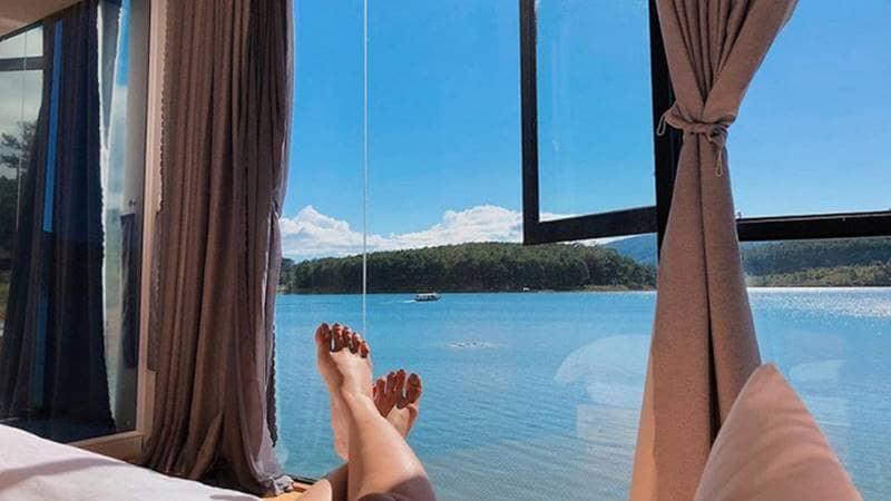 Phòng của The Seen House nhìn thẳng ra hồ Tuyền Lâm