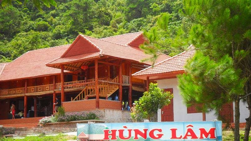 Khu nghỉ dưỡng Hùng Lâm Resort Quan Lạn với khu nhà sàn lớn. Nguồn: Hotdeal