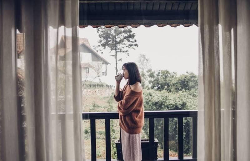 Tận hưởng một cốc cà phê nóng hổi và thưởng thức cảnh vật tuyệt đẹp vào sáng sớm ở Sapa Jade Hill resort