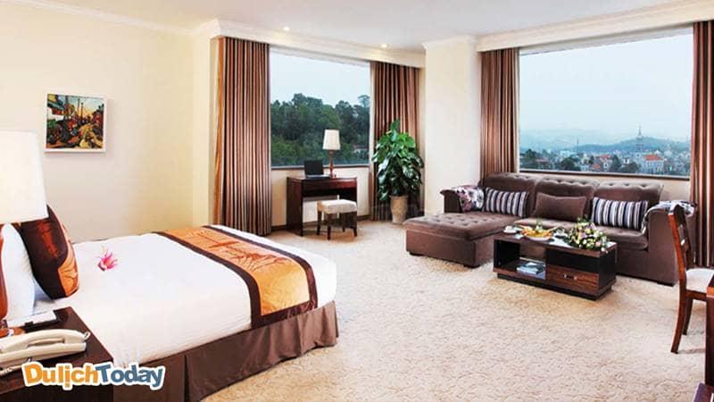 Phòng nghỉ khách sạn Hạ Long DC có không gian ấm cúng với sàn lót thảm và nội thất bằng gỗ
