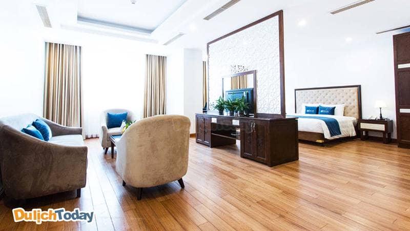 Phòng ốc của khách sạn rộng rãi, có cửa số lớn cho căn phòng tràn ngập ánh sáng tự nhiên