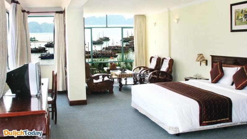 Phòng nghỉ tại khách sạn BMC Thăng Long rộng, thoải mái có tầm nhìn ra Vịnh Hạ Long và ra biển