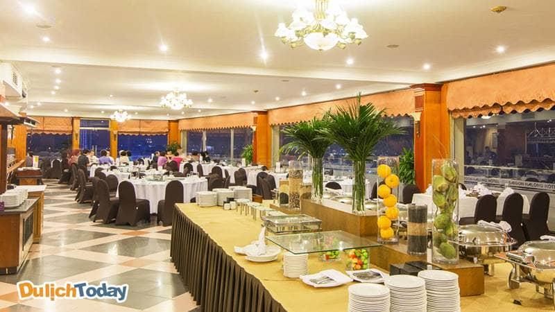 Nhà hàng trên tầng 14 với 3 mặt đều là kính trong suốt, tầm nhìn 360 độ ra vịnh Hạ Long
