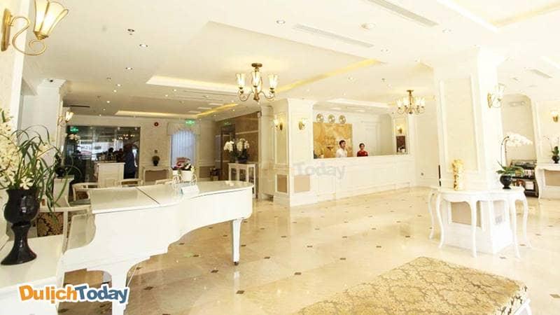 Sảnh khách sạn Hạ Long City Bay Palace rộng rãi, có lối kiến trúc hơi hướng Châu Âu