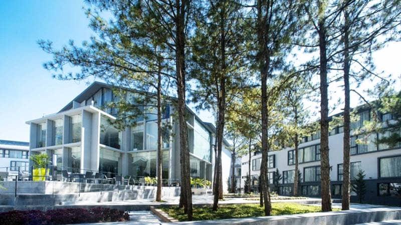Resort quy mô lớn, thiết kế hiện đại nhưng hòa hợp với thiên nhiên. Nguồn: Internet