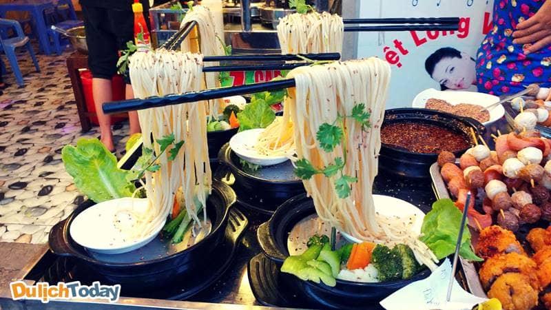 Mỳ bay hải sản với những sợi mỳ spaghety được luộc mềm, treo lơ lửng như đang bay trên không