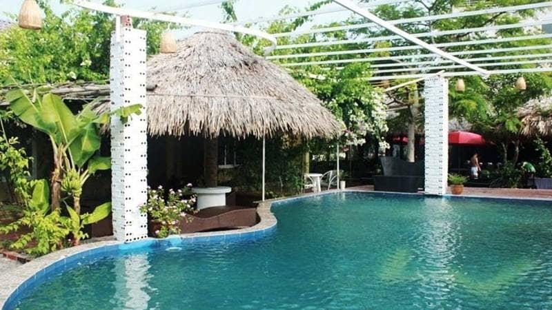 Một góc hồ bơi tại khu resort Minh Châu Beach. Nguồn: Agoda