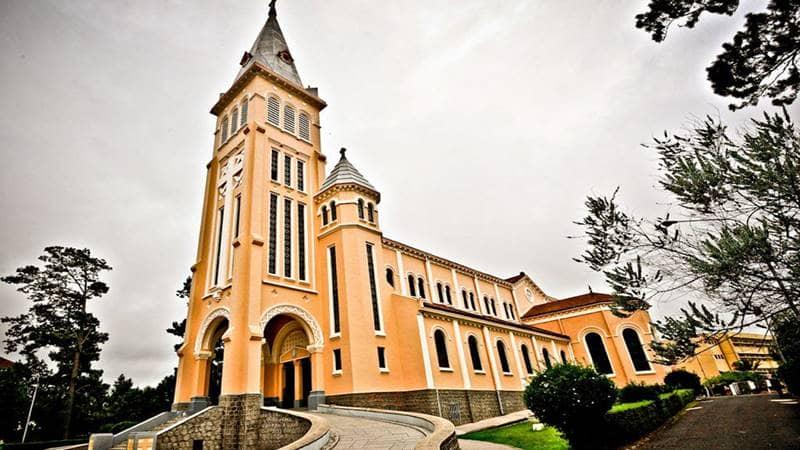 Nhà thờ con gà với lối kiến trúc cổ điển Pháp