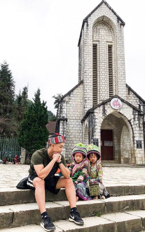 Chụp ảnh cùng em bé người Mông ở nhà thờ đá©austintungnguyen