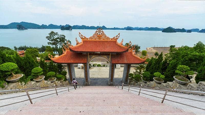 Ngắm nhìn vịnh Bái Tử Long hữu tình tại chùa Cái Bầu. Nguồn: Zing.vn