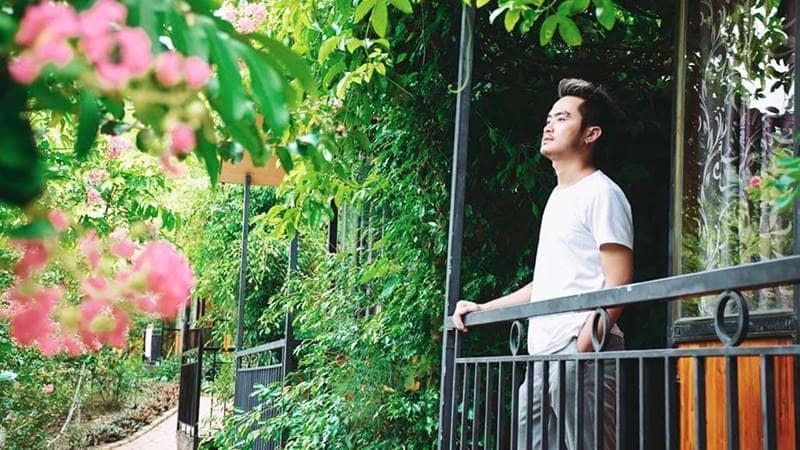 """Du khách trải nghiệm cảm giác """"hòa mình"""" với thiên nhiên cỏ cây từ ban công phòng nghỉ. Nguồn: Cotogardens"""