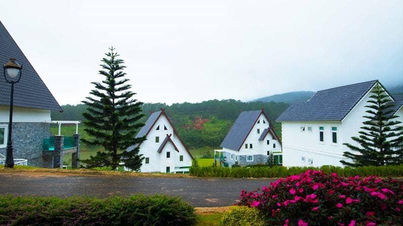 Những căn nhà với thiết kế cách điệu kiểu Pháp tại Wonder Resort hồ Tuyền Lâm Đà Lạt. Nguồn: Internet
