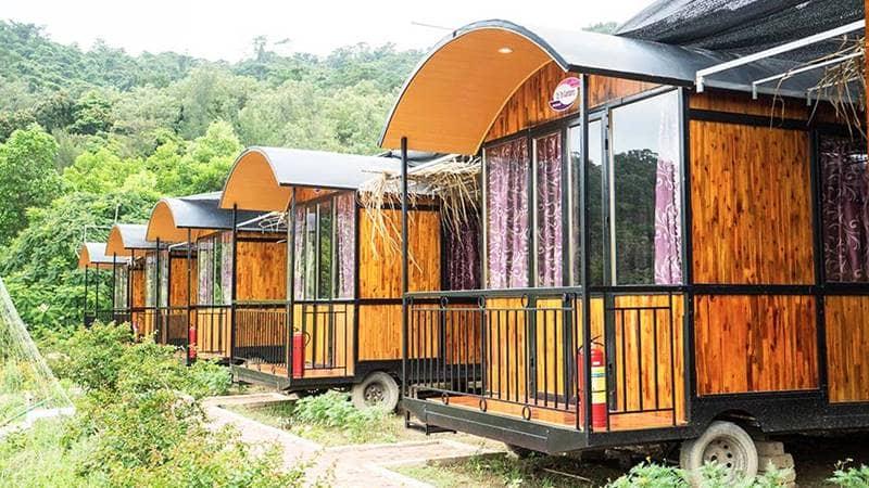 Phòng nghỉ dạng toa tàu bằng gỗ độc đáo tại Cô Tô Gardens. Nguồn: Cotogardens