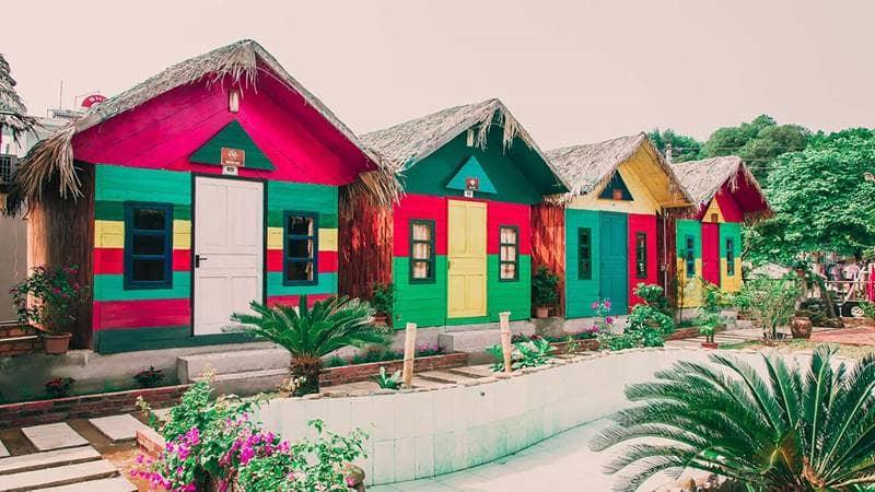 Những căn Bungalow gỗ sặc sỡ màu sắc tại Coto Dragon Beach. Nguồn:Cotodragonbeach