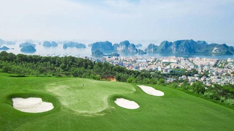 Sân Golf FLC Hạ Long với tầm nhìn ra vịnh biển. Nguồn: Flcbiscom