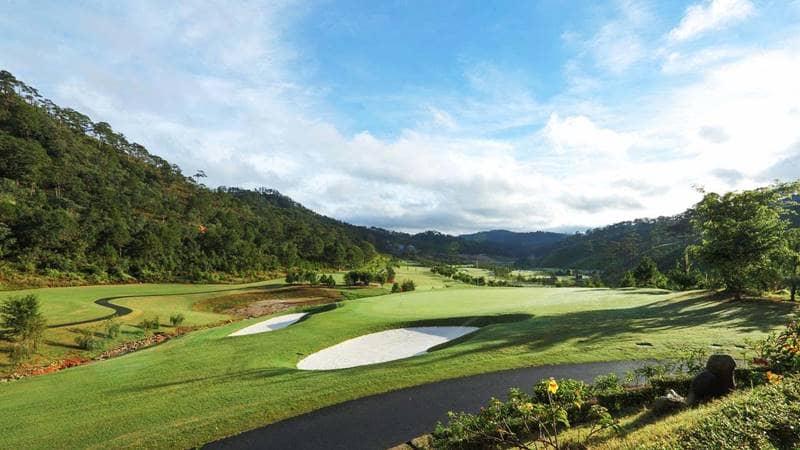 Sân golf ngay trước mặt khu nghỉ dưỡng. Nguồn: Internet