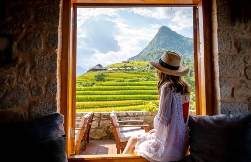 Cảnh núi rừng Sapa tuyệt đẹp khi nhìn từ ô cửa sổ