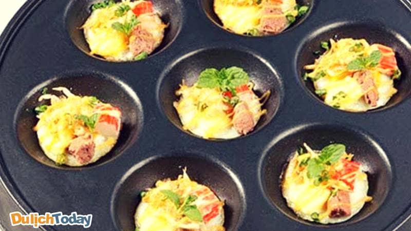 Bánh trứng cút trà bông là món ăn vặt Vũng Tàu được khách du lịch ưa thích