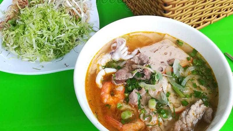 Bún Thái hải sản được biến tấu từ món Tom Yum Thái nổi tiếng